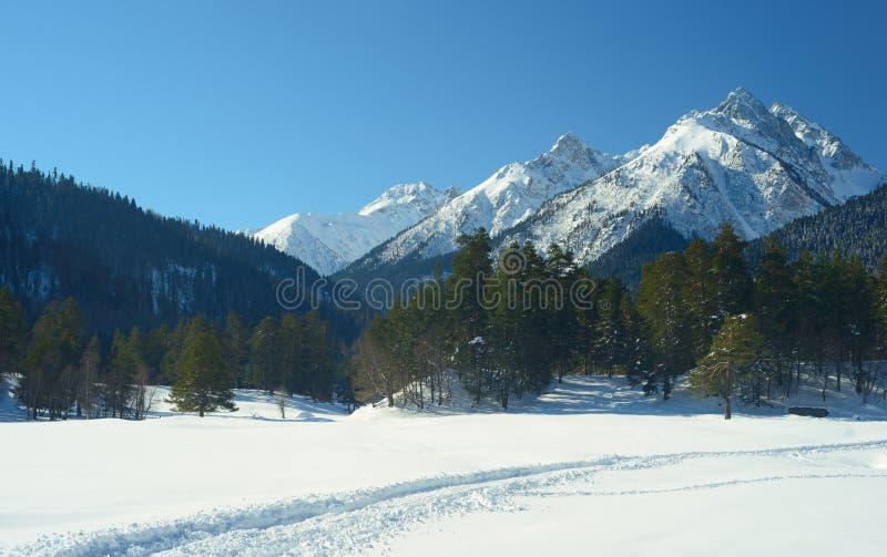 Download De winterweg stock foto. Afbeelding bestaande uit bergen - 39117902