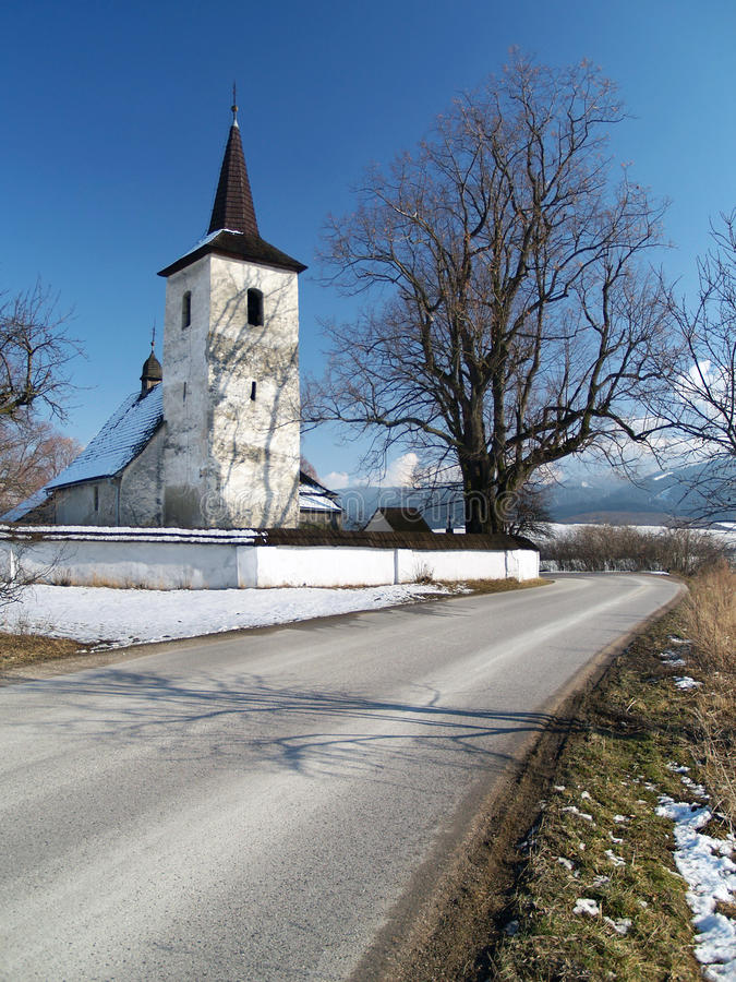 De winterweg aan kerk in Ludrova royalty-vrije stock foto