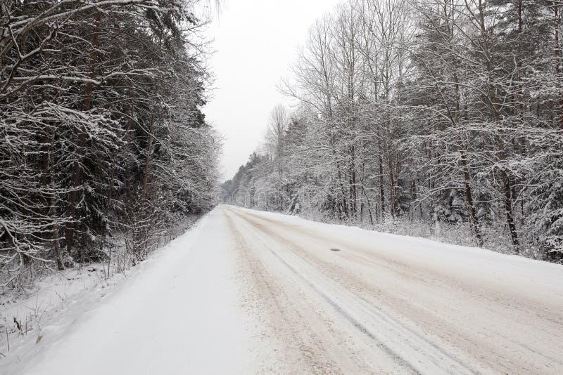De winterweg onder de sneeuw royalty-vrije stock afbeelding