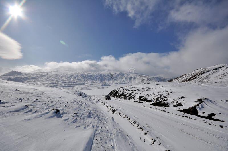 De winterweg op Kamchatka stock foto