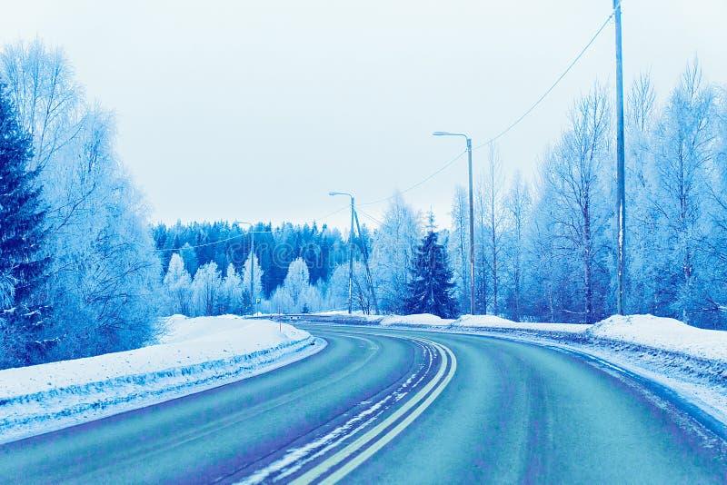 De winterweg op Sneeuwbos in Koud Finland in Lapland royalty-vrije stock afbeeldingen