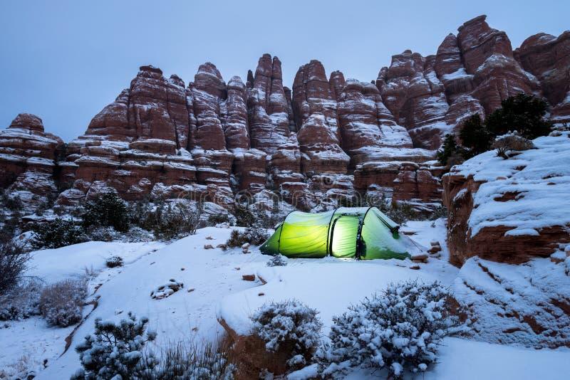 De winterwoestijn het Kamperen stock foto's