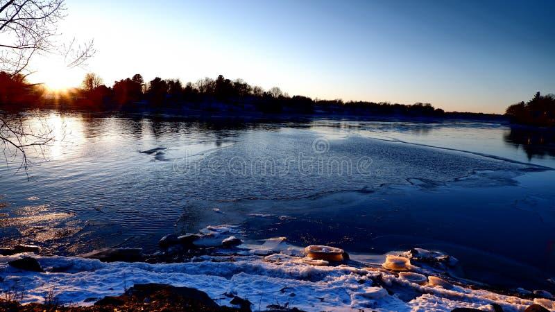 De winterzonsondergang achter een rivier royalty-vrije stock foto