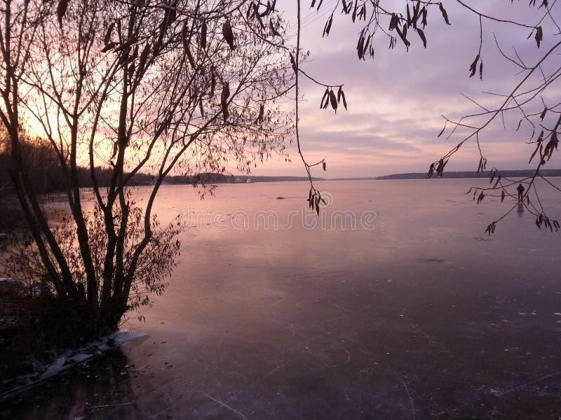 De winterzonsondergang op de rivier stock foto's