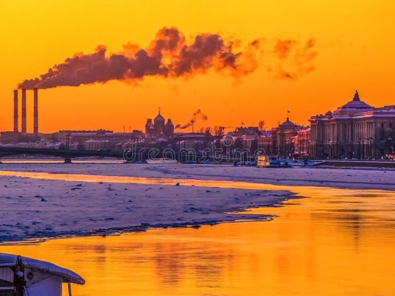 De winterzonsondergang in St. Petersburg, Rusland royalty-vrije stock foto's