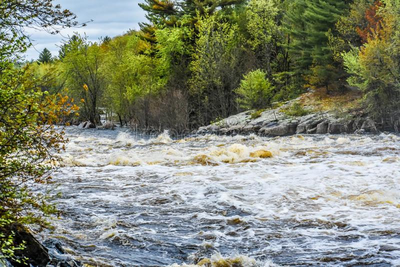 De Wisconsin-rivier, snel stromend en de Rocky-kustlijn stock afbeelding
