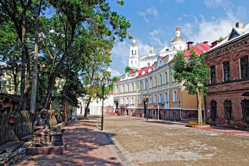 De Witrussische mening van het de zomerlandschap van Vitebsk van oude nicelstraat in royalty-vrije stock foto's