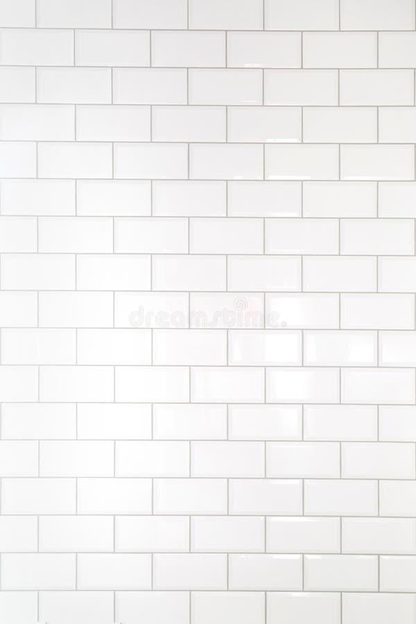 De witte achtergrond van de tegelsbaksteen Binnenland van de keuken of de badkamers stock afbeeldingen