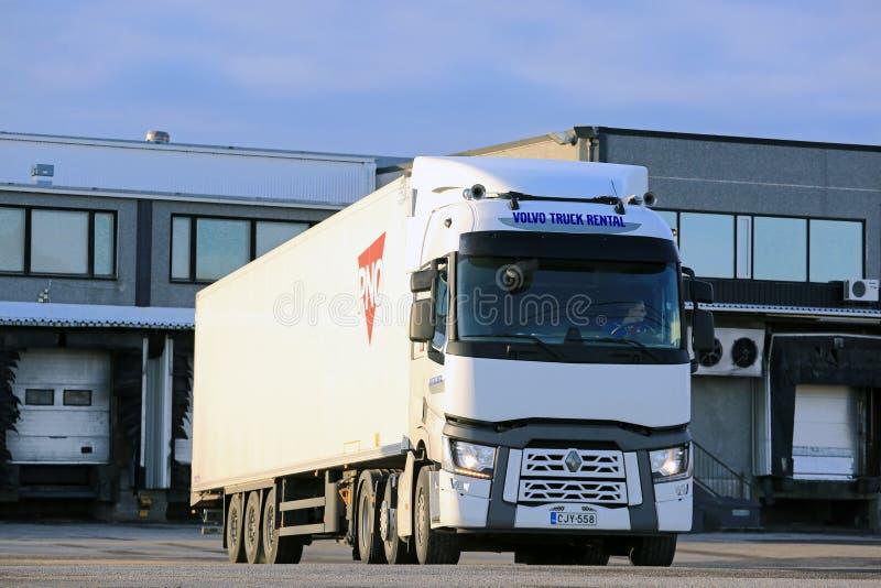 De witte Adelborst van Renault Trucks T Klaar om Lading te leveren royalty-vrije stock foto's