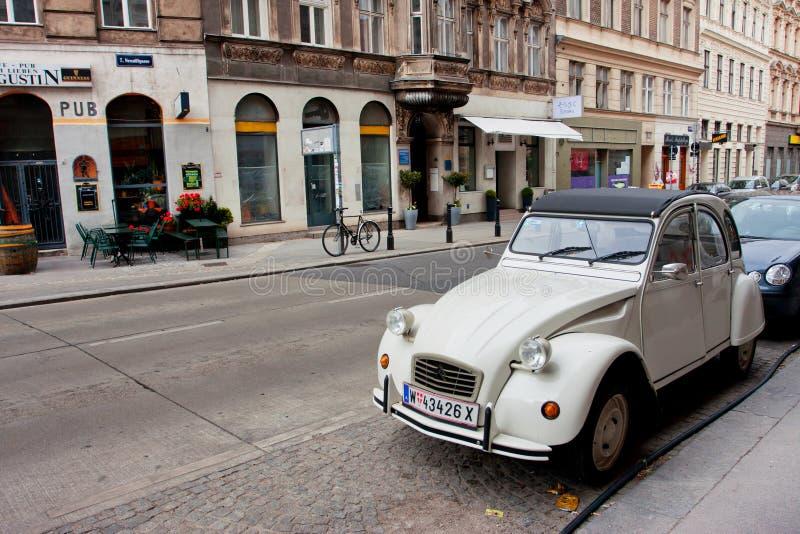 De witte antieke auto van Citroën op de stadsstraat stock afbeelding
