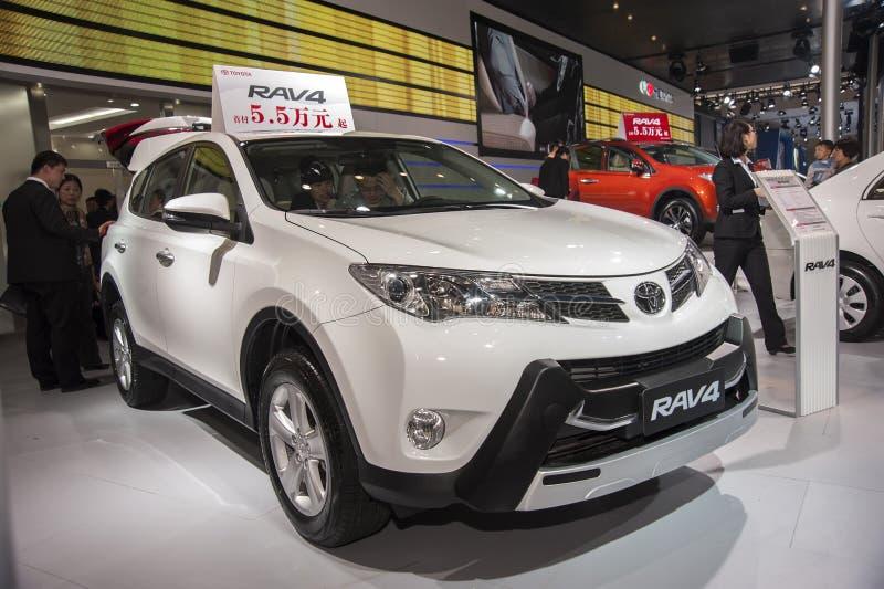 De witte auto van Toyota rav4 stock foto