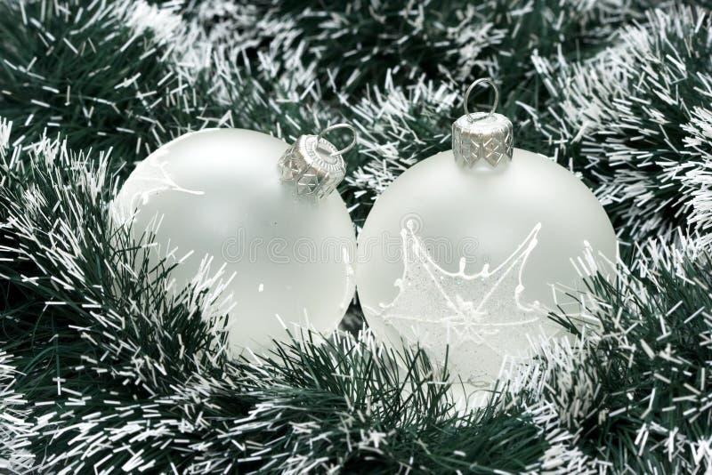 De witte ballen van Kerstmis stock foto's