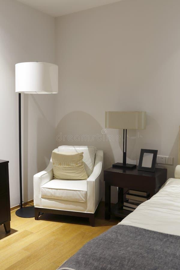 De witte bank en bureaulamp stock afbeeldingen