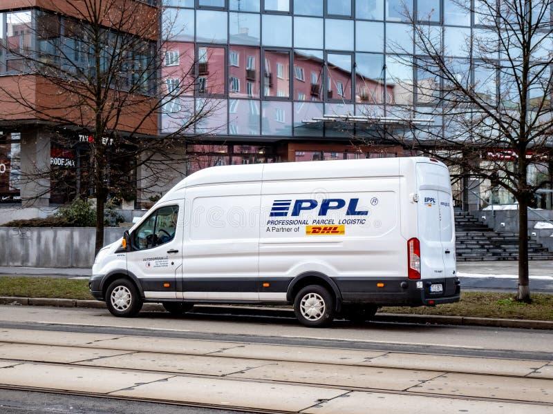 De witte bestelwagen van leveringsford transit van PPL-bedrijf, partner van globale DHL post stock fotografie