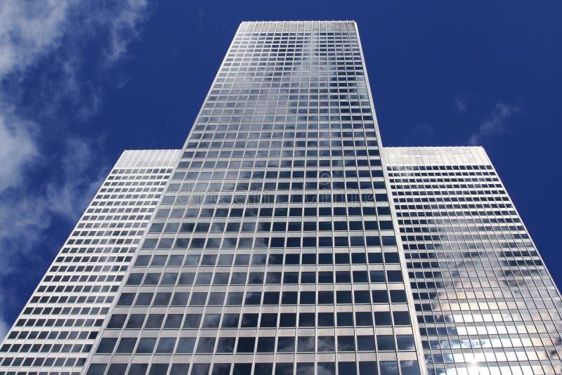 De witte bouw in een blauwe hemel royalty-vrije stock afbeeldingen