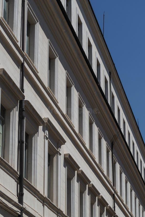 De witte bouw met rijen van vensters in Rome, Italië royalty-vrije stock afbeelding