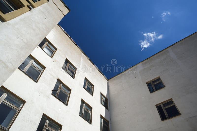 De witte bouw met vierkante vensters tegen blauwe hemel royalty-vrije stock foto's