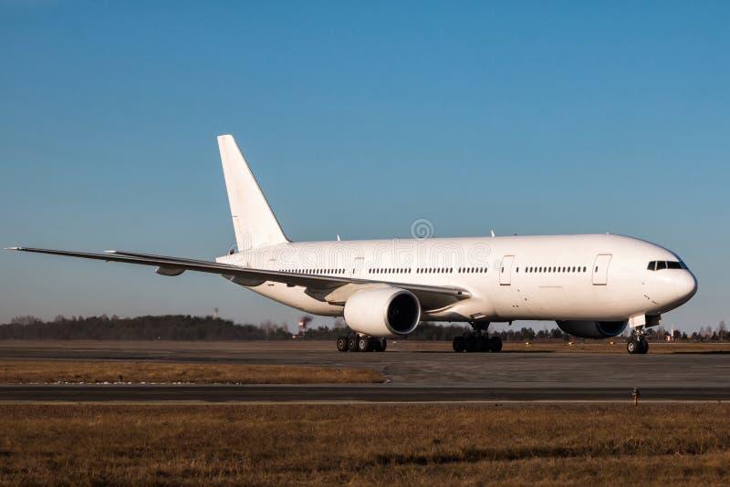 De witte brede vliegtuigen die van de lichaamspassagier op de belangrijkste taxibaan taxi?en royalty-vrije stock fotografie