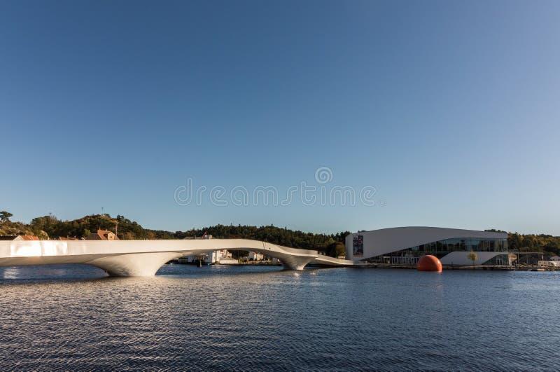 De witte brug en Buen in de haven van Mandal in Noorwegen stock afbeelding