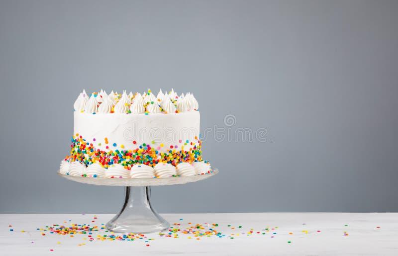 De witte Buttercream-Verjaardagscake met bestrooit royalty-vrije stock afbeeldingen