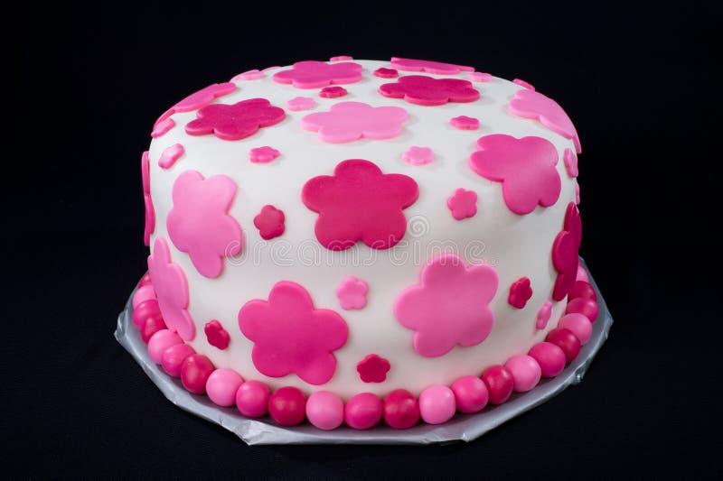 De witte Cake van het Fondantje met Roze Bloemen stock fotografie
