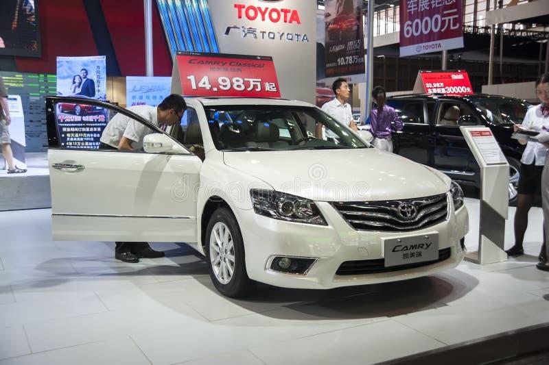 De witte camry auto van Toyota stock afbeeldingen