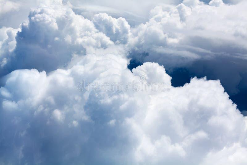 De witte cumuluswolken op blauwe hemelachtergrond sluiten omhoog, donkere hemelachtergrond, pluizige wolkentextuur, mooie zonnige stock foto