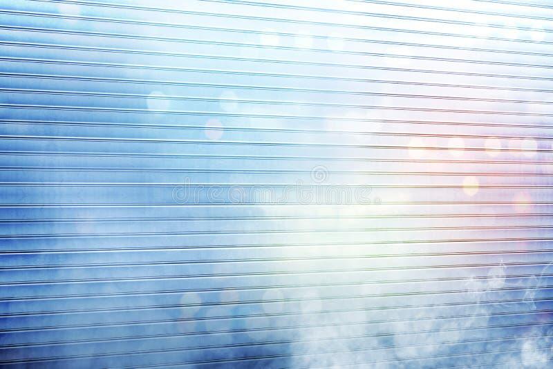 De witte deur van het rolblind met rook en kleurrijke lichte bezinning stock afbeeldingen