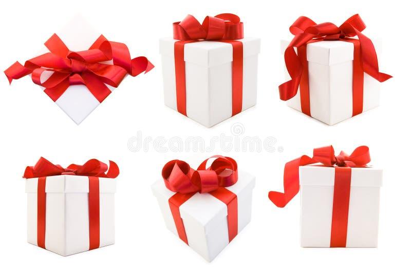 De witte Dozen van de Gift met de Rode Boog van het Lint van het Satijn stock foto's