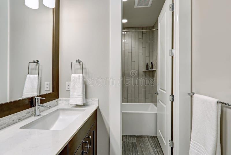 De witte en bruine die badkamers schept een hoekje op met dubbele ijdelheid wordt gevuld royalty-vrije stock afbeeldingen