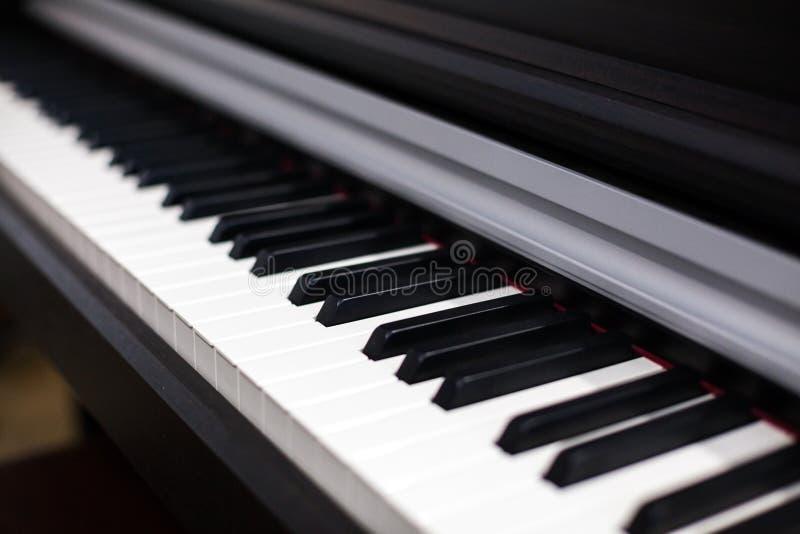 De witte en zwarte piano van het sleutels muzikale instrument royalty-vrije stock afbeelding