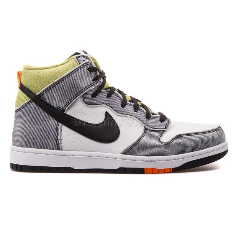 De witte en zwarte tennisschoen van Nike Dunk CMFT stock afbeeldingen
