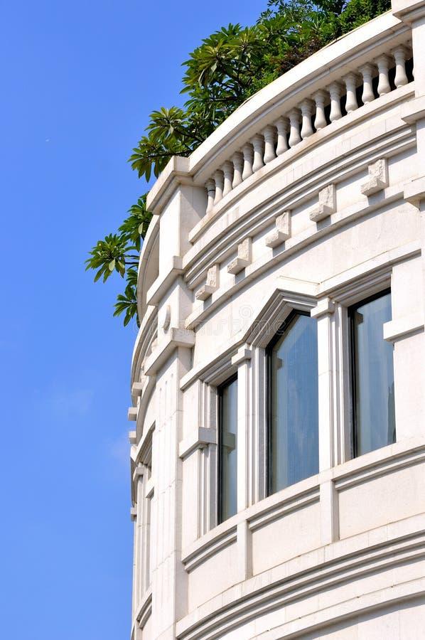 De Witte Externe Bouw En Vensters Royalty-vrije Stock Fotografie