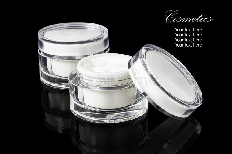 De witte gekleurde lege kosmetische container voor gezichtsroom bevochtigt royalty-vrije stock afbeeldingen