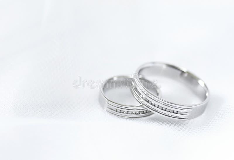 De witte gouden ringen van het huwelijk royalty-vrije stock fotografie