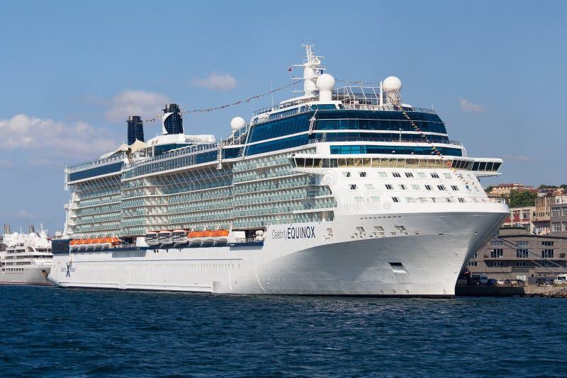 De witte grote cruiseschip en Straat van waterbosphorus in Istanboel, Turkije royalty-vrije stock foto's