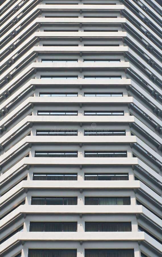 De witte hoge rivieroever van de hoteltoren royalty-vrije stock fotografie