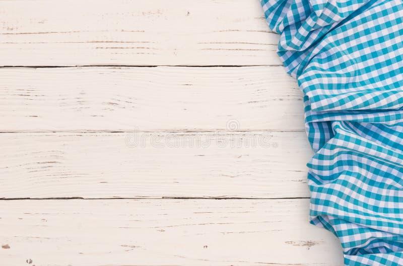 De witte houten achtergrond van de keukenlijst met blauw gecontroleerd tafelkleed royalty-vrije stock foto