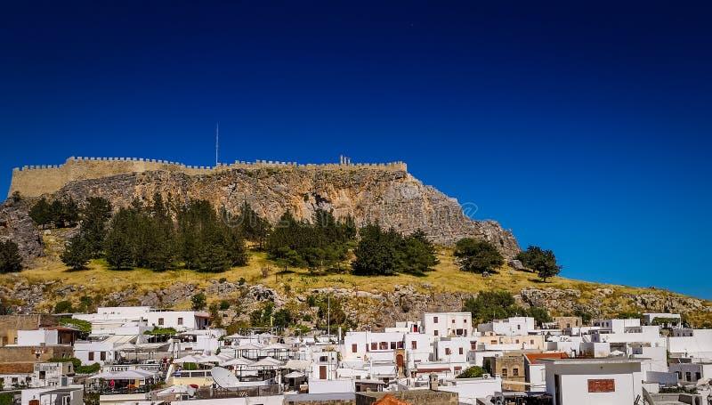 De witte huizen in het historische dorp en de akropolis in de bovenkant van de berg Mening van terras royalty-vrije stock foto
