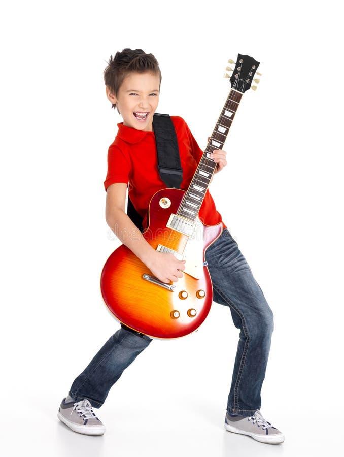 De witte jongen zingt en speelt op de elektrische gitaar royalty-vrije stock afbeelding