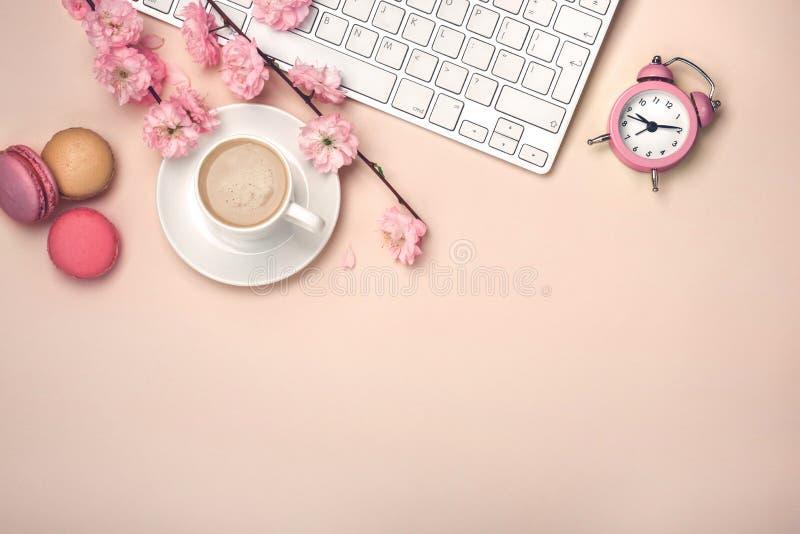 De witte kop met cappuccino, sakura bloeit, toetsenbord, macarons, a royalty-vrije stock afbeeldingen
