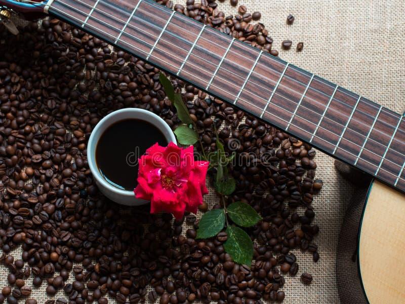 De witte kop van koffie, met koffiebonen backgound en rood nam, g toe royalty-vrije stock afbeeldingen