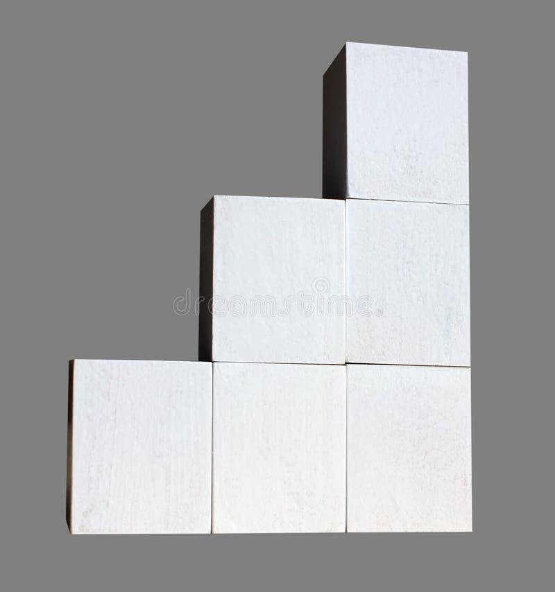 De witte kubussen worden gebouwd als statistieken bedrijfsgrafiek De grafiek en de grafiek, de Webgegevens rapport en de presenta royalty-vrije stock afbeeldingen