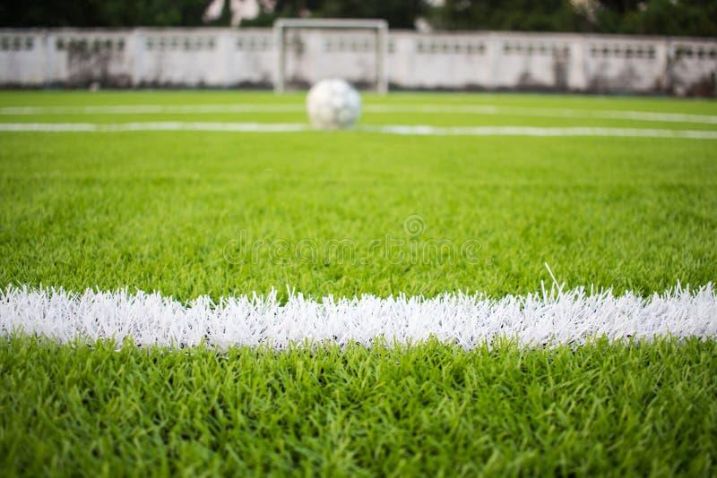 De witte Lijn die op het kunstmatige groene footbal gras merken, voetbalgebied stock fotografie