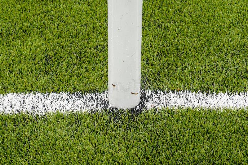 De witte Lijn die op het kunstmatige groene gebied van het grasvoetbal merken stock afbeelding