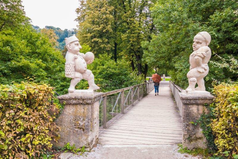 De witte marmeren dwergen bij de ingang aan de Dwergtuin Zwerglgarten, Mirabell tuiniert, Salzburg, Oostenrijk royalty-vrije stock foto's