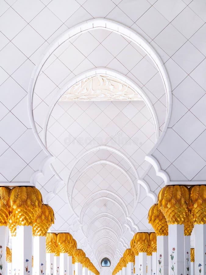 De witte marmeren gang van boogpoorten van Sheikh Zayed Mosque Abu Dhabi De V.A.E royalty-vrije stock fotografie