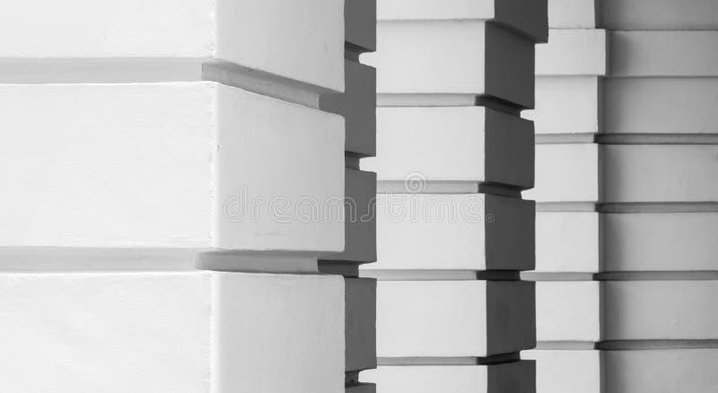 De witte mening van portiek Vierkante pijlers royalty-vrije stock afbeelding