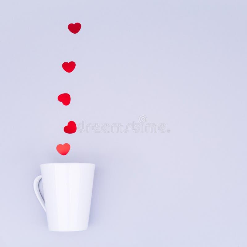 De witte mok van China met schittert hartconfettien Valentine-conc dag stock afbeeldingen
