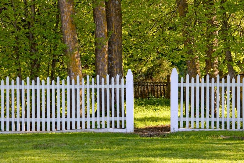 De witte Omheining van het Piket in Park stock afbeelding
